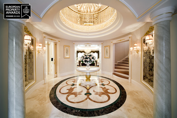 Entrée principale / Bosphorus City Villa de style classique couloir, couloir et escaliers par Sia Moore Archıtecture Interıor Desıgn Marbre classique