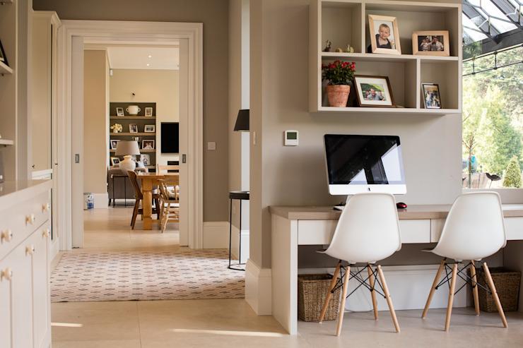 Façade élégante et classique avec une façade plus détendue vers la mer Bureau/étude de style classique par Des Ewing Residential Architects Classic