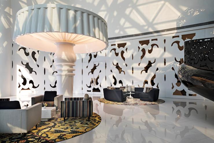 Lobby - 4 / Mondrian Doha Hôtels de style éclectique par Sia Moore Archıtecture Interıor Desıgn Bois massif éclectique multicolore