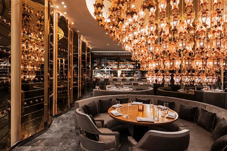 Morimoto / Mondrian Doha Hôtels de style éclectique par Sia Moore Archıtecture Interıor Desıgn Cuivre/bronze/laiton éclectique