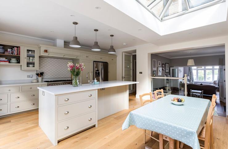 Cuisine et salle à manger à aire ouverte Salle à manger de style classique par Resi Architects à Londres Effet de bois classique
