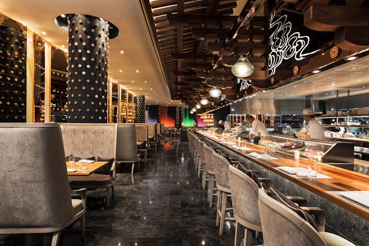 Morimoto Teriyaki Bar / Mondrian Doha Hôtels de style éclectique par Sia Moore Archıtecture Interıor Desıgn Eclectique Bois massif multicolore