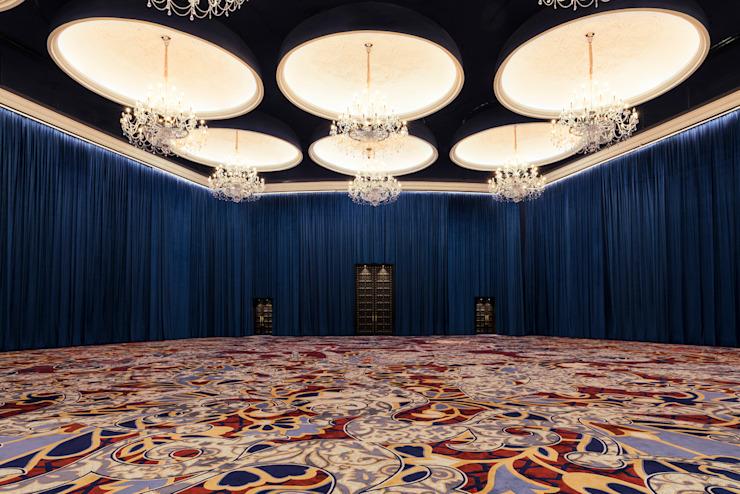 Moonstone Ballroom / Mondrian Doha Hôtels de style éclectique par Sia Moore Archıtecture Interıor Desıgn Bois massif éclectique multicolore