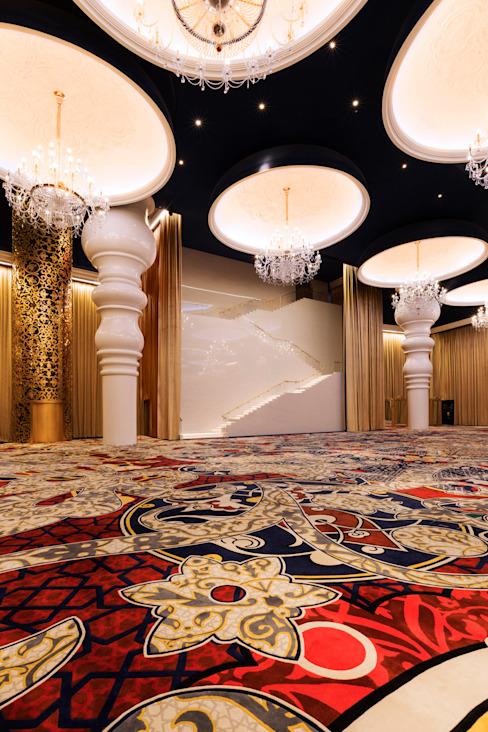 Escalier de la salle de bal Moonstone / Mondrian Doha Hôtels de style éclectique par Sia Moore Archıtecture Interıor Desıgn Fer/acier éclectique
