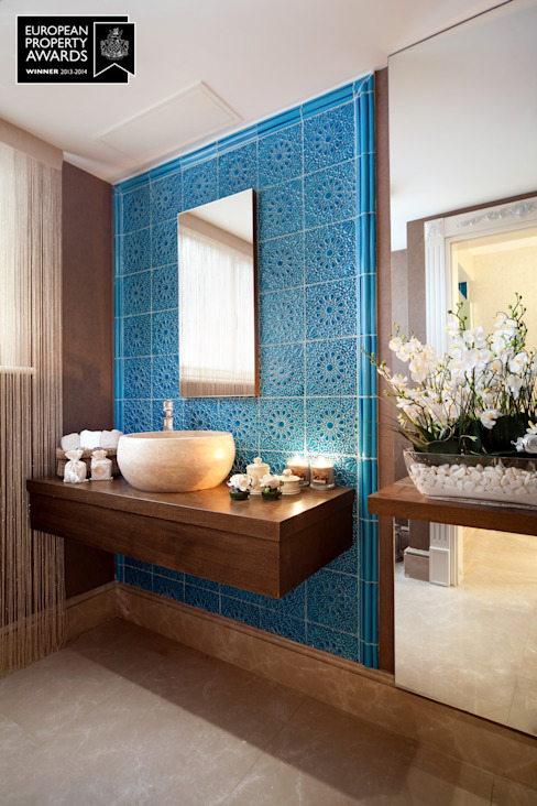Entrée des salles de bains / Bosphorus City Villa de Sia Moore Archıtecture Interıor Desıgn Céramique classique