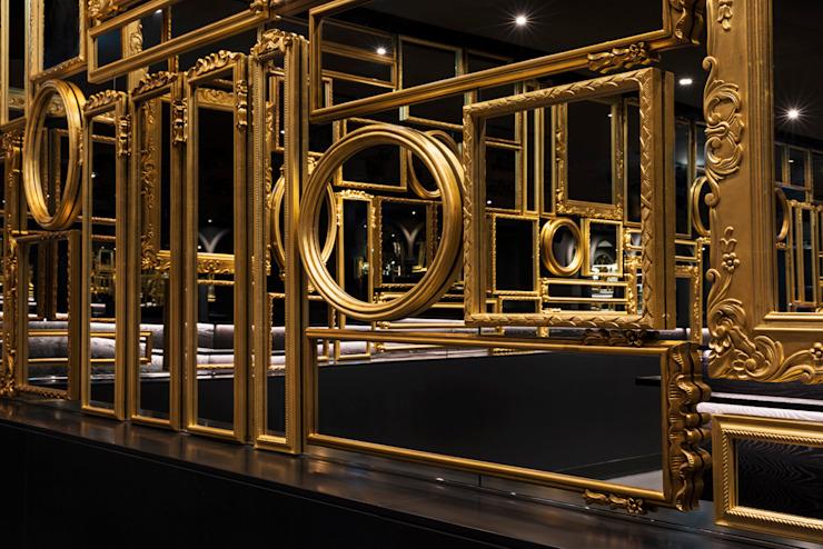 Smoke & Mirrors Wall / Mondrian Doha Hôtels de style éclectique par Sia Moore Archıtecture Interıor Desıgn Effet bois éclectique