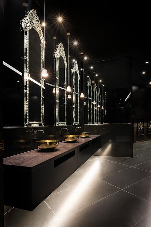 Toilettes / Mondrian Doha Hôtels de style éclectique par Sia Moore Archıtecture Interıor Desıgn Marbre éclectique