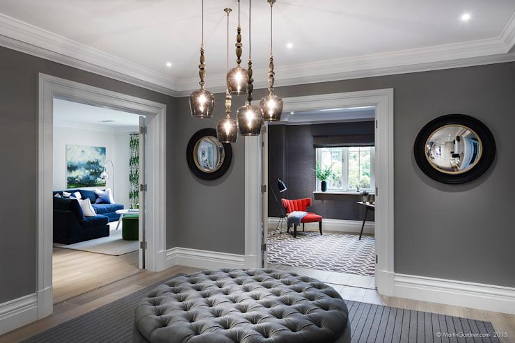 Maison familiale dans le couloir, le couloir et les escaliers de style classique de Winchester Sleepers Hill par Martin Gardner Photography Classic