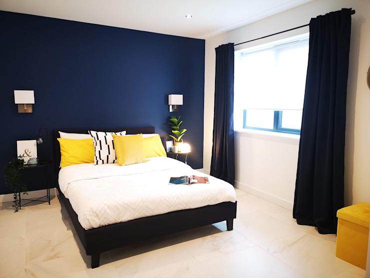 Chambre à coucher marine contrastée par THE FRESH INTERIOR COMPANY Marbre moderne
