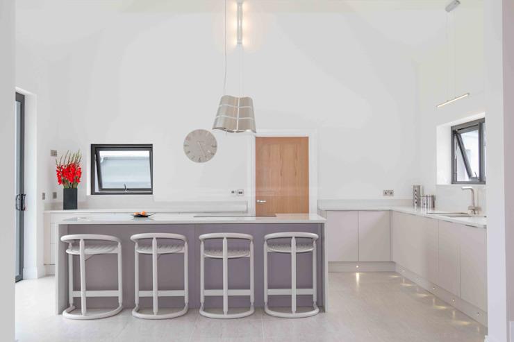 Matt Cashmere & Basalt ajoutent une touche de luxe à cet espace lumineux par ADORNAS KITCHENS Effet bois minimaliste