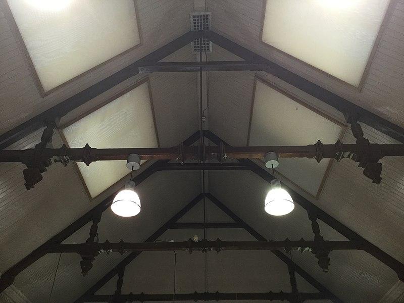 Plafond à poutres
