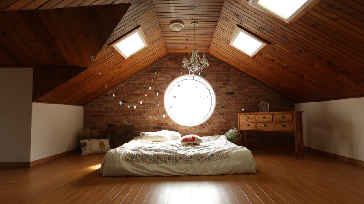 Chambre à coucher avec plafond voûté
