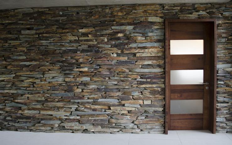 Portes et fenêtres modernes par Ignisterra S.A. Effet bois moderne