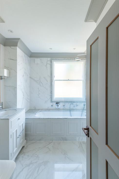 Duplex à trois étages - salle de bains de style Chelsea Classic par Prestige Architects Par Marco Braghiroli Classic