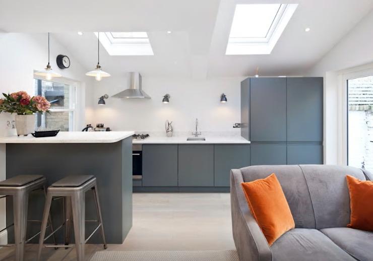 Une cuisine sans poignée finie dans la cuisine moderne de Farrow & Ball Downpipe par Just Click Kitchens Modern MDF