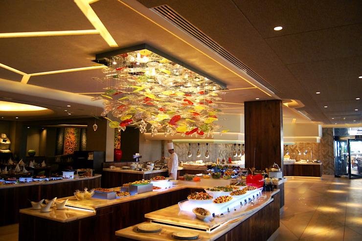 Éclairage d'un hôtel de luxe - Four Seasons in Cyprus Hôtels de style tropical par MULTIFORME® éclairage Verre Tropical