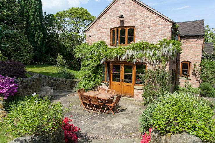 Terrasse arrière avec des plantes grimpantes Jardin de style rustique par Barnes Walker Ltd Rustic