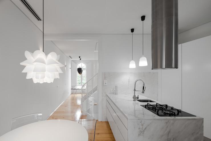 La cuisine de style éclectique du Chalet des Trois Cuspes par Tiago do Vale Arquitectos Eclectic