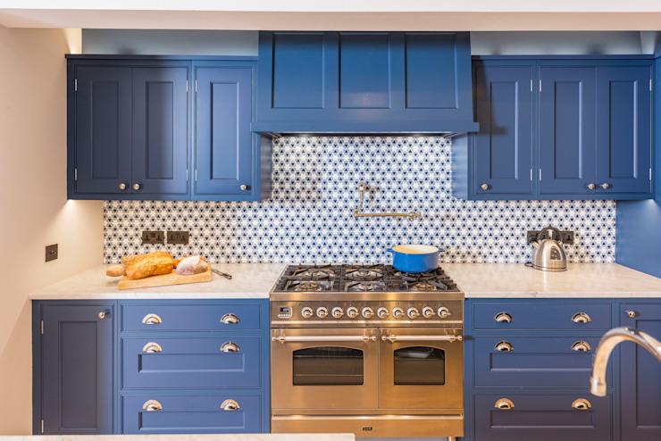Kensington Blue Kitchen Cuisine moderne par Tim Wood Limited Modern