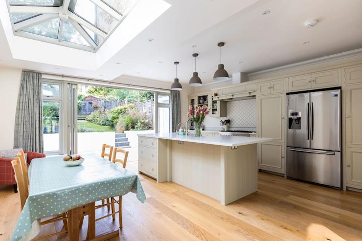 Cuisine et salle à manger à aire ouverte Cuisine de style classique par Resi Architects à Londres Classique