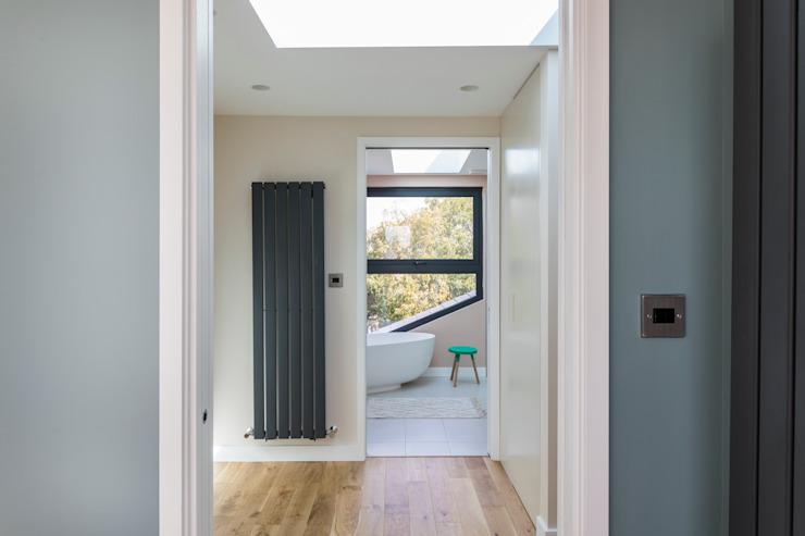 Conversion d'un loft avec une chambre de maître et une salle de bains Salle de bains moderne par Urbanist Architecture Modern