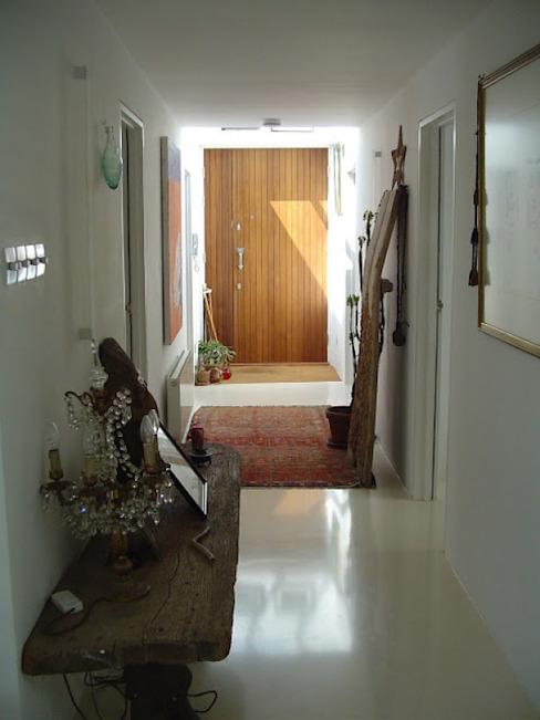 Hall d'entrée avec éclairage de pointe Couloir, couloir et escaliers modernes par 4D Studio Architects and Interior Designers Modern