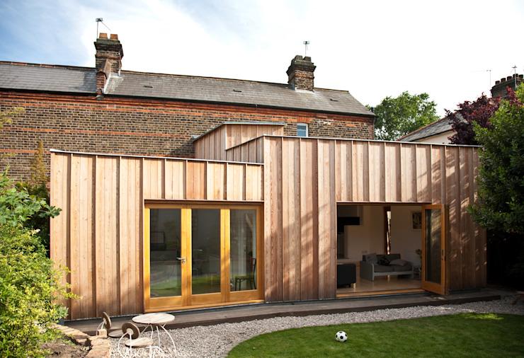 Élévation arrière montrant l'extension en bois Maisons modernes de Neil Dusheiko Architects Modern