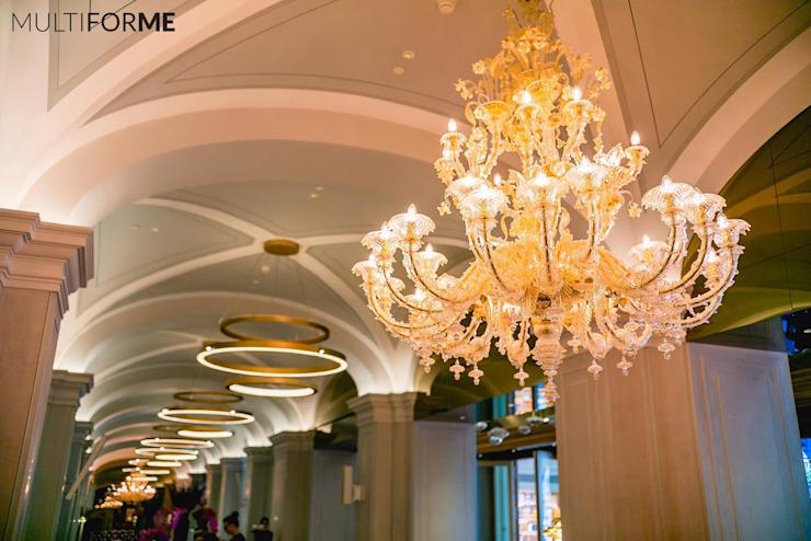 Couloir avec lustres et plafond voûté Hôtels classiques par MULTIFORME® lighting Classic