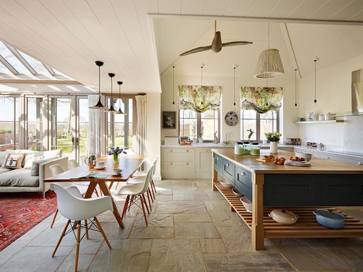 Orford | Une cuisine de campagne classique d'inspiration côtière Cuisine de style classique par Davonport Effet bois classique