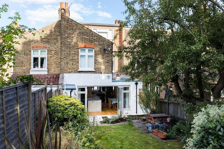 Vue extérieure de l'extension de la cuisine par Resi Architects dans London Classic