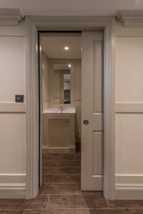 Salle de bains Portes de style moderne par Prestige Architects Par Marco Braghiroli Modern