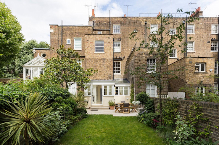 Vue extérieure de l'extension du jardin et de la cuisine par Resi Architects dans London Modern