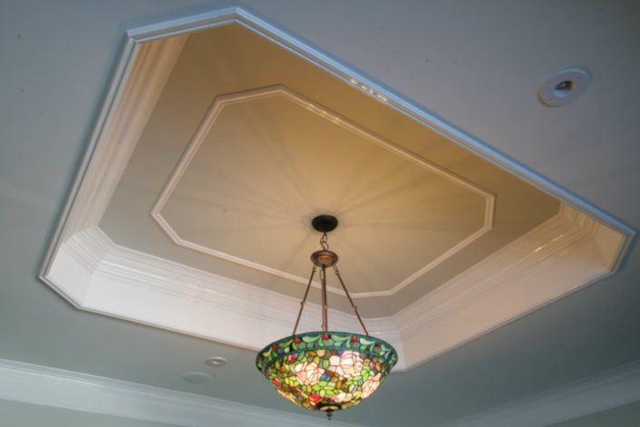 Plafond à plateaux avec lustre