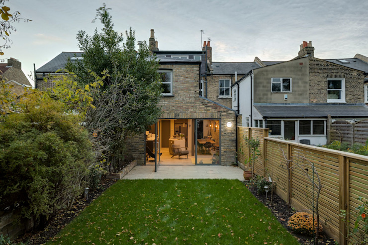 Vue extérieure par Resi Architects à Londres Minimaliste