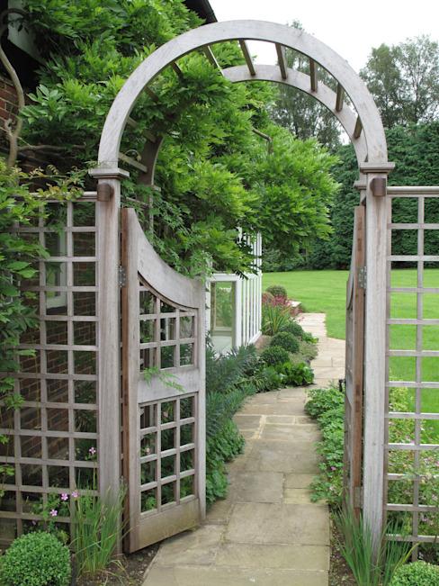 Jardin familial de campagne avec jardin d'eau oriental Jardin de style champêtre par Cherry Mills Garden Design Country