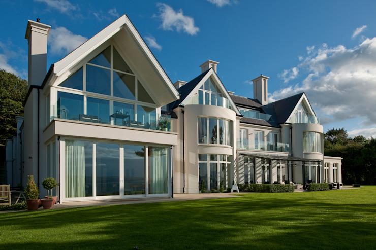 Maison phare sur un site côtier surélevé avec vues panoramiques Maisons de style classique par Des Ewing Residential Architects Classic