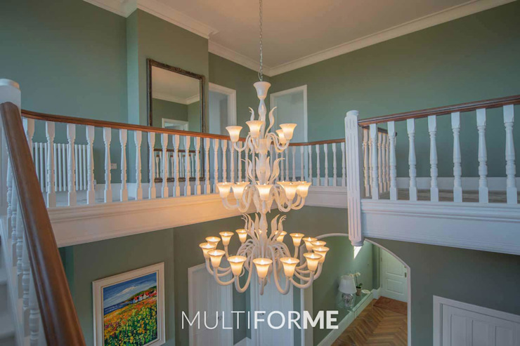 Couloir, couloir et escaliers de style classique par MULTIFORME® lighting Classic