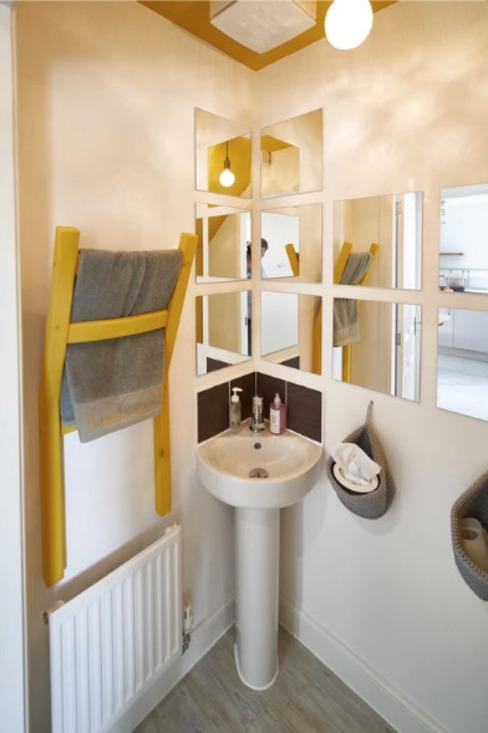 La chambre jaune La salle de bain moderne par Aorta : le cœur de l'art moderne