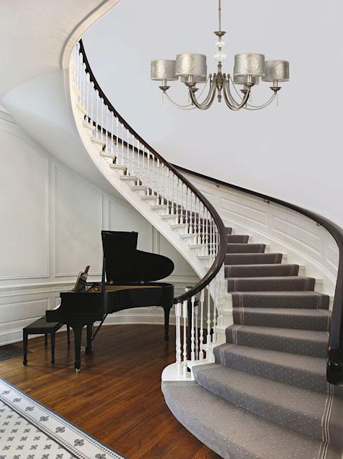 Intérieur minimaliste avec lustre décoré par des abat-jour Versace Couloir, couloir et escaliers minimalistes par lustre de luxe Cuivre/Bronze/Bras