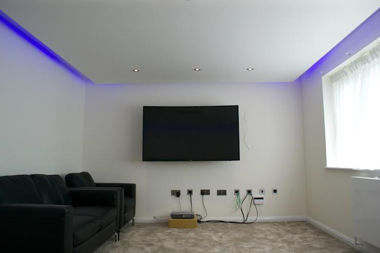 L'éclairage ici est prêt à divertir ! Chambre à coucher de style moderne par The Market Design & Build Modern