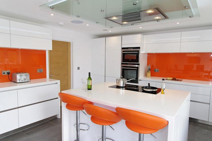 Cuisine moderne sans main blanche et orange de PTC Kitchens Modern