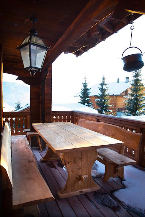 Terrasse Balcon, véranda et terrasse de style rustique par Prestige Architects Par Marco Braghiroli Rustic