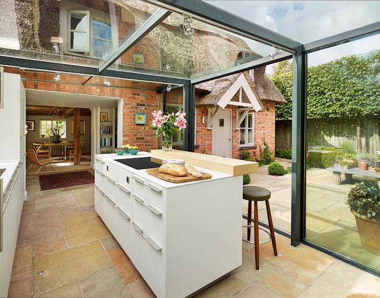 Extension d'une boîte en verre sur une chaumière Cuisine de style campagnard par Kitchen Architecture Country