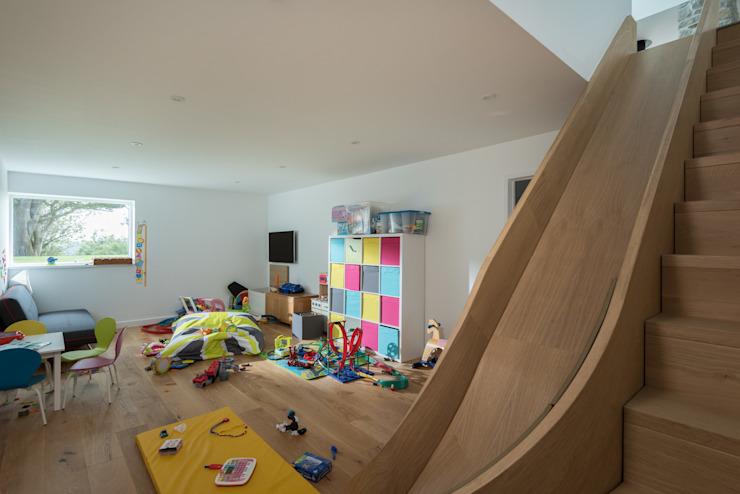 Logement de remplacement contemporain, Cubert Modern nursery/chambre d'enfants par Laurence Associates Modern