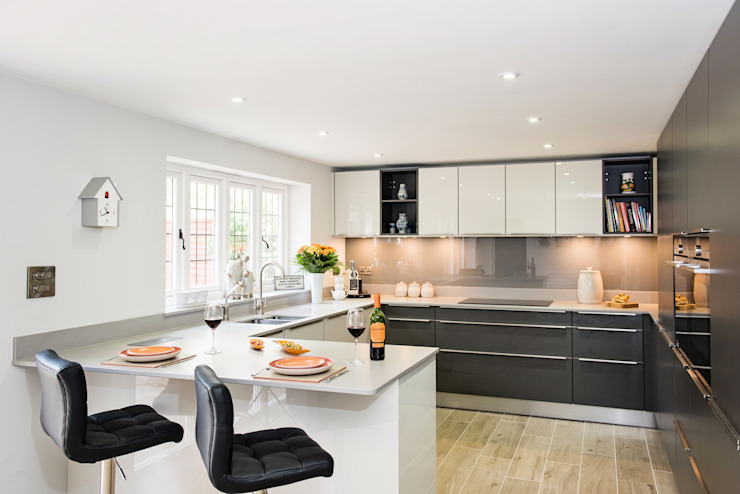 Mr & Mrs H, Kitchen, Byfleet Village, Surrey Cuisine moderne par Raycross Interiors Modern