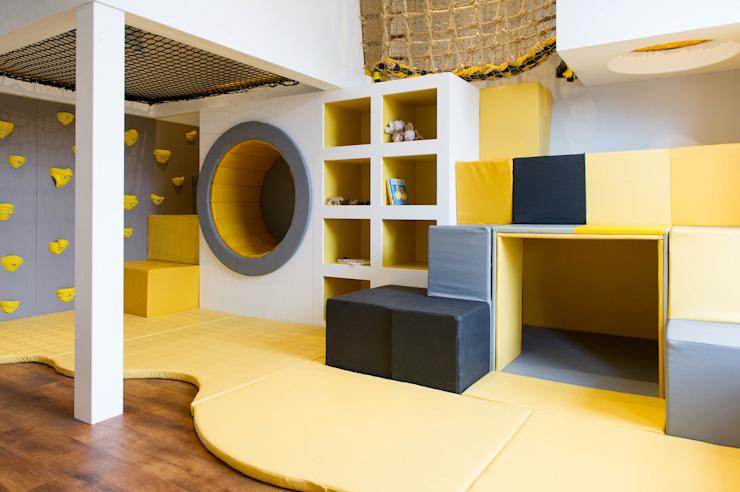 Sous les cubes souples se trouve une tanière avec un mur en miroir, une chambre d'enfant de style scandinave par Tigerplay at Home Scandinavian