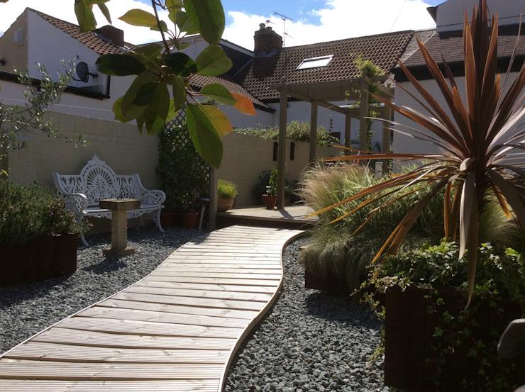 Transformation d'un jardin de cottage en jardin de style méditerranéen par Elephant Interior Exterior Design Mediterranean