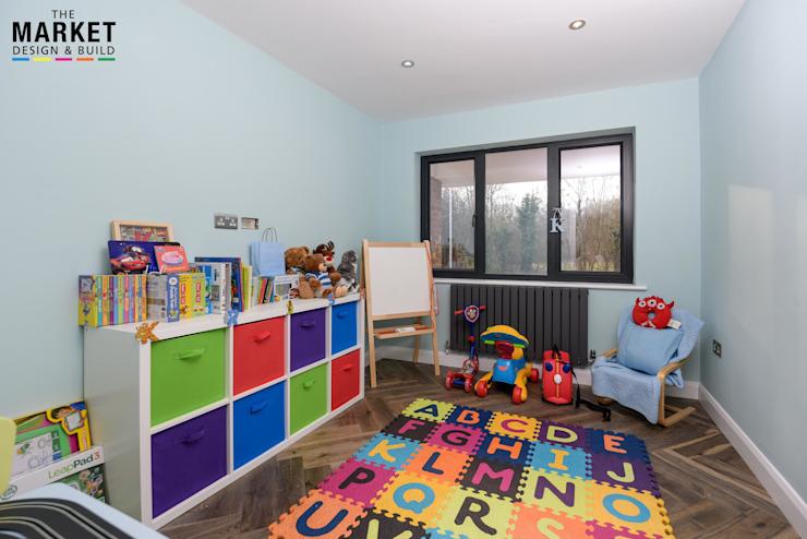 Extension de la maison Pinner et conversion du loft Pépinière/chambre d'enfants moderne par The Market Design & Build Modern