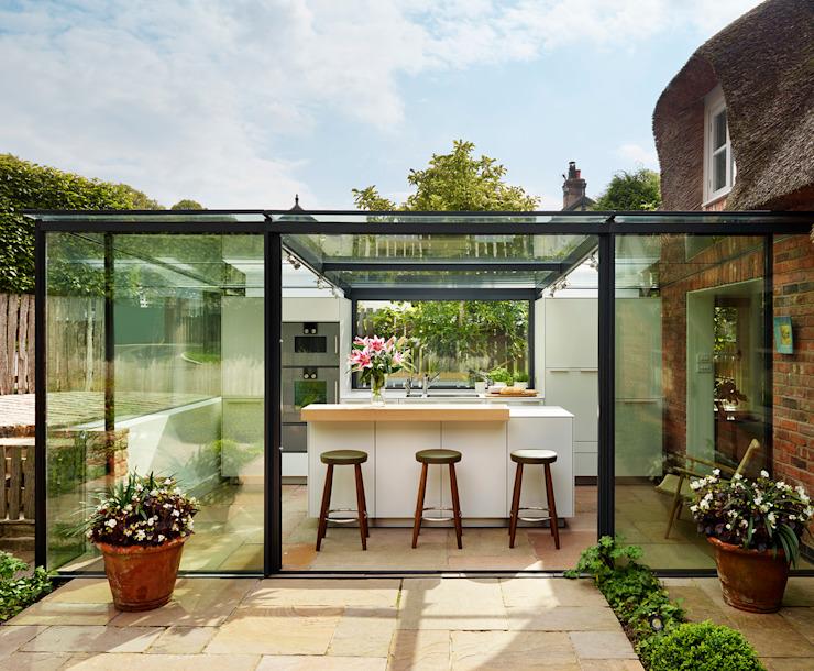 Extension d'une boîte en verre sur une chaumière par Kitchen Architecture Modern