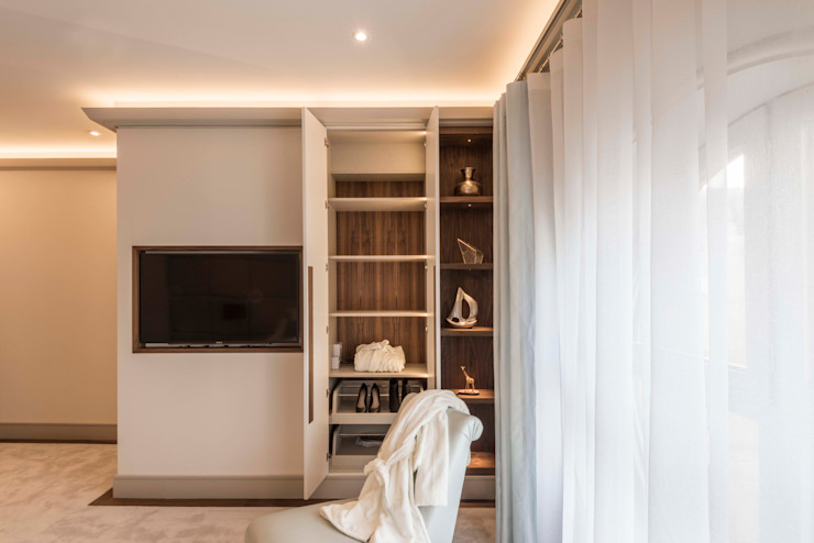 Bedroom Modern dressing room by Prestige Architects By Marco Braghiroli Modern